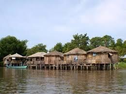 casas sobre el agua pueblo añu