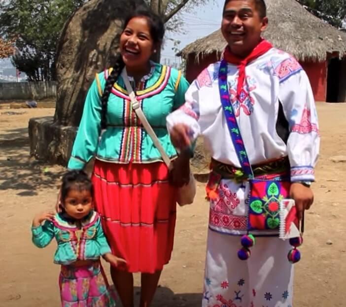 familia vestimenta huichol
